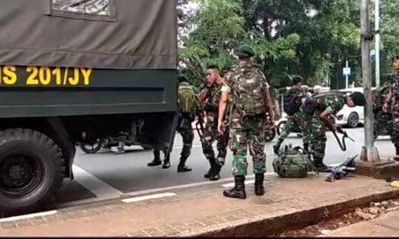 TNI Bersenjata Laras Panjang Lakukan Penjagaan Di Polsek Ciracas