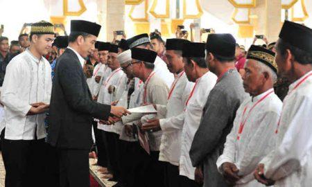 Joko Widodo Membagikan Puluhan Sertifikat Tanah Wakaf di Bengkulu